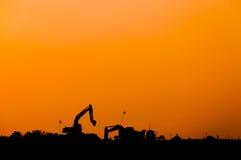 Силуэт затяжелителя экскаватора на строительной площадке, Backhoe силуэта стоковая фотография rf