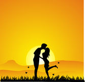 Силуэт захода солнца целуя Стоковые Фотографии RF