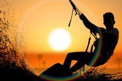 Силуэт змея молодого человека всходя на борт на море Стоковая Фотография RF