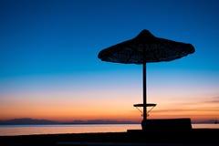 Силуэт зонтика на пляже в сумерк Стоковая Фотография RF