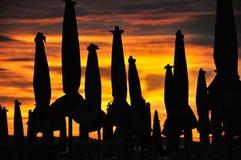 Силуэт зонтика пляжа Стоковые Фотографии RF
