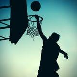 Силуэт игрока Basketbal Стоковые Изображения RF