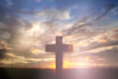 Силуэт Иисуса с пересекает сверх концепцию захода солнца для вероисповедания, стоковая фотография rf