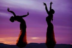 Силуэт 2 исполнительницы танца живота фиолетовый Стоковое Изображение RF