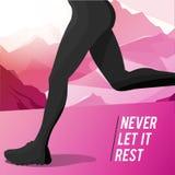 Силуэт идущего спортсмена девушки на предпосылке гор Стоковое Изображение