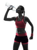 Силуэт идущего jogger бегуна женщины выпивая Стоковое фото RF