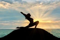 Силуэт йоги девушки практикуя Стоковое Изображение