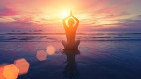 Силуэт йоги женщины на пляже Стоковая Фотография RF