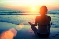 Силуэт йоги Фитнес и здоровый образ жизни стоковое изображение rf