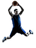 Силуэт кавказского баскетболиста человека скача dunking Стоковые Фото