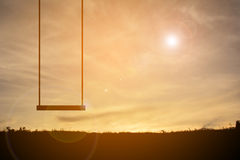 Силуэт качания на заходе солнца неба Стоковое Изображение