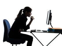 Силуэт компьютера бизнес-леди вычисляя Стоковые Фотографии RF