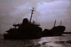 Силуэт кораблекрушением против хмурого неба Стоковое Изображение