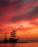 Силуэт корабля на заходе солнца Стоковые Изображения