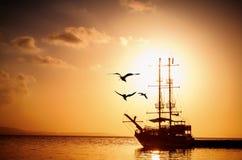 Силуэт корабля на заходе солнца Стоковая Фотография