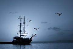 Силуэт корабля на заходе солнца Стоковые Изображения RF