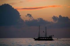 Силуэт корабля на заходе солнца Стоковое фото RF