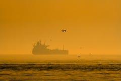 Силуэт корабля на заходе солнца Стоковое Фото