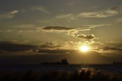 Силуэт корабля на заходе солнца Стоковое Изображение