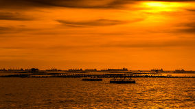 Силуэт корабля плавая на море на заходе солнца Стоковое Фото