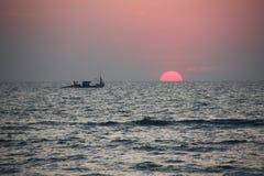 Силуэт корабля рыбной ловли Стоковая Фотография