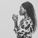 Силуэт кофе африканской женщины выпивая стоковая фотография rf