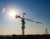Силуэт крана башни на районе конструкции Стоковая Фотография RF