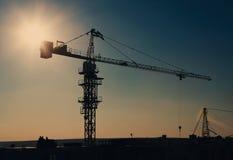 Силуэт крана башни на районе конструкции Стоковое фото RF