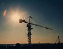 Силуэт крана башни на районе конструкции Стоковая Фотография