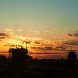 Силуэт крана башни на строительной площадке с зданием города Стоковое Фото