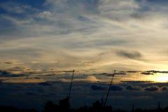 Силуэт крана в предпосылке пейзажа захода солнца Стоковое Изображение RF