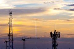 Силуэт крана и антенны на предпосылке захода солнца, Бангкоке Стоковые Фото