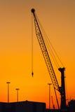 Силуэт крана на заходе солнца Стоковые Фотографии RF