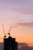 Силуэт крана на строительной конструкции Стоковая Фотография RF