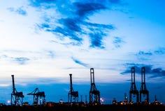 Силуэт крана на торговом порте Стоковое Изображение RF