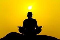 Силуэт красивого человека йоги стоковая фотография rf