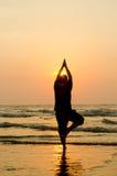 Силуэт красивого человека йоги стоковые фотографии rf