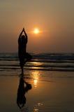 Силуэт красивого человека йоги стоковые изображения rf