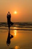 Силуэт красивого человека йоги стоковое фото rf