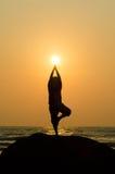 Силуэт красивого человека йоги стоковое фото