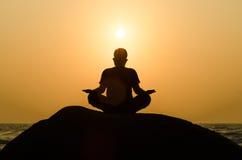 Силуэт красивого человека йоги стоковое изображение