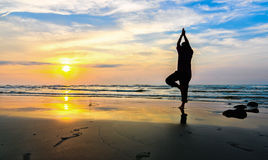 Силуэт красивого человека йоги Стоковая Фотография