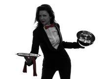 Силуэт купола ресторанного обслуживании отверстия дворецкия кельнера женщины Стоковое фото RF