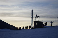 Силуэт куделей лыжи с людьми на Vysoke Tatry в Словакии Стоковое Изображение