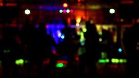 Силуэт клуба утеса blured танцами сток-видео
