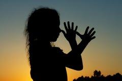 Силуэт маленькой девочки Стоковая Фотография RF