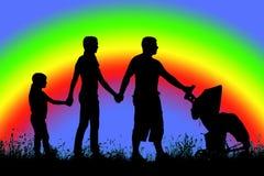 Силуэт многодетной семьи которая идет на предпосылку rainb Стоковое Изображение RF