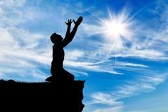 Силуэт молить человека Стоковое фото RF
