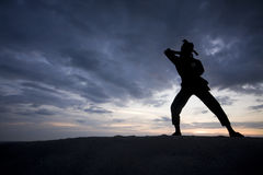 Силуэт молодого мальчика выполняя silat pencak Стоковые Фотографии RF