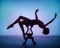 Силуэт молодой балерины на деревянном Стоковое фото RF